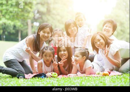 Fröhliche asiatischen Multi Generationen Familienporträt, Großeltern, Eltern und Kinder, Outdoor-Naturpark Morgen - Stockfoto
