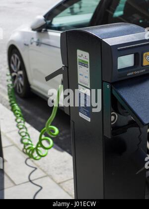 Aufladen eines Elektroautos auf einer Londoner Straße - Stockfoto