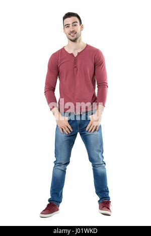 Coole lustige stilvolle lächelnd legerer Mann mit hochgezogenen Augenbrauen, Blick in die Kamera. Ganzkörper-Länge - Stockfoto