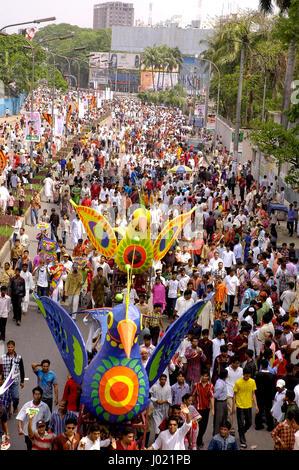 Mangal Shobhajatra, eine bunte und festliche Prozession feiert Pahela Baishakh, Bangla neues Jahr 1413, begibt sich - Stockfoto