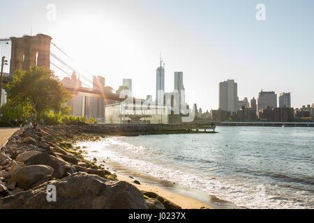 Skyline von New York mit Brooklyn Bridge (USA) - Stockfoto