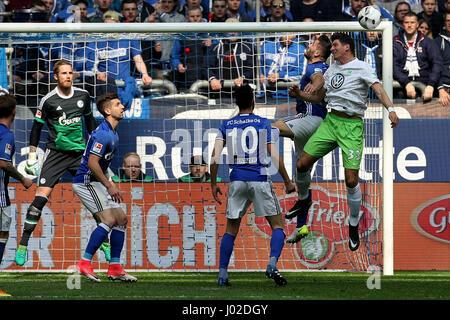 Gelsenkirchen. 8. April 2017. Sead Kolasinac(2nd R) des FC Schalke 04 leitet den Ball mit Mario Gomez (1. R) des - Stockfoto