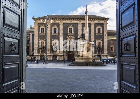 Veiw vom Tor des Rathauses am Domplatz mit Elefantenbrunnen und Palast des Seminars von den Klerikern in Catania - Stockfoto