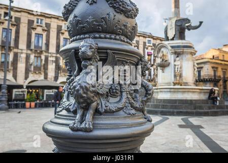 Geflügelten Löwen auf einer Laterne am Domplatz in Stadt Catania, Ostseite der Insel Sizilien, Italien. Elefantenbrunnen - Stockfoto