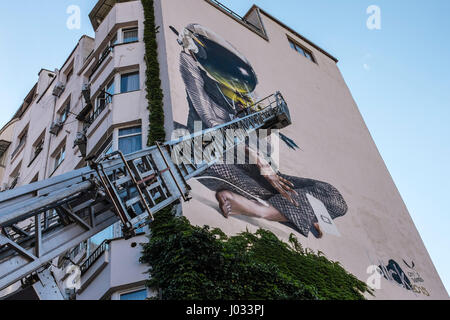 Streetart-Graffiti gemalt auf Mehrfamilienhaus in Tiflis (Tbilissi), Georgien, Osteuropa - Stockfoto