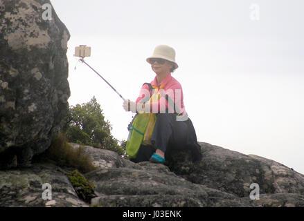 Eine Frau fotografiert Selfie auf dem Tafelberg über Kapstadt in Südafrika 5. März 2017. © John Voos - Stockfoto