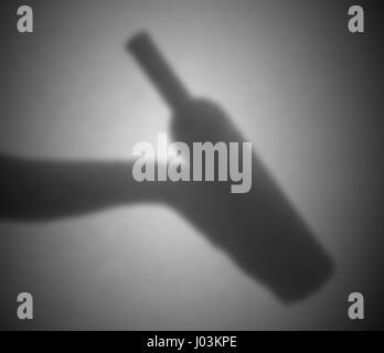 Silhouette hinter einem Transparentpapier - unscharf - Flasche Wein - Stockfoto