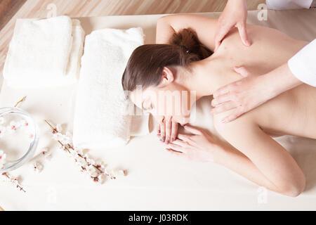 schöne Mädchen Massage Spa liegt auf dem Tisch - Stockfoto