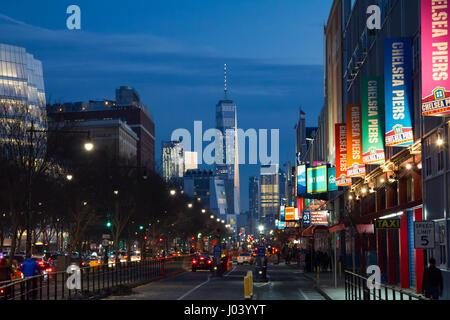 NEW YORK CITY - 18. Februar 2017: Verkehr beginnt entlang der West Side Highway auf einem anstrengenden Nacht vor - Stockfoto