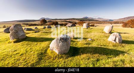 Antiche Menhire auf Moorland im Machrie Moor, mit einer Bergkulisse auf der schottischen Isle of Arran. - Stockfoto