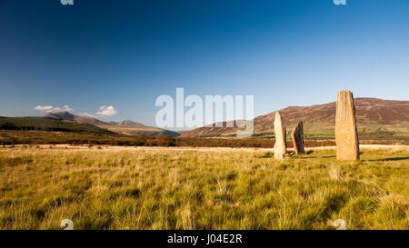 Sommersonne scheint auf die Bronzezeit Menhire in Machrie Moor auf der schottischen Isle of Arran. - Stockfoto