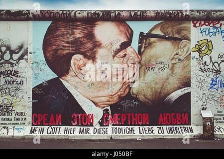berliner mauer mit graffiti der liebe berliner mauer stockfoto bild 108864955 alamy. Black Bedroom Furniture Sets. Home Design Ideas