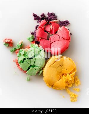 Drei gequetscht Macarons isoliert auf weißem Hintergrund - Stockfoto
