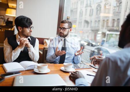 Gruppe junger Männer mit Business Diskussion im café - Stockfoto