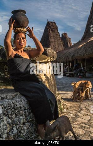 Frau vom Stamm Loli in ihrem Dorf in West Sumba, Indonesien - Stockfoto