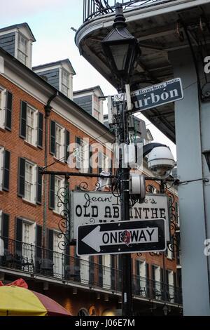 Wegweiser für Bourbon Street, New Orleans hat Perlenschnüre gesammelt. - Stockfoto