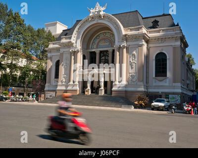 Horizontale Ansicht der Oper von Saigon in Ho-Chi-Minh-Stadt, HCMC, Vietnam. - Stockfoto