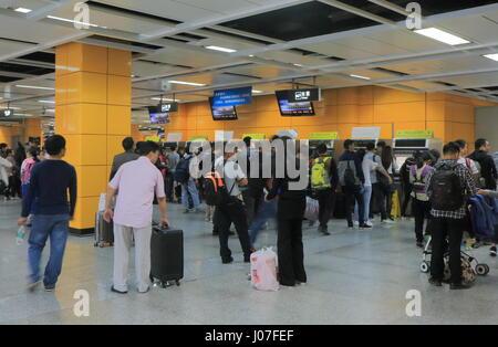Menschen-Warteschlange, Zugtickets in Guangzhou Südbahnhof in Guangzhou China zu kaufen. - Stockfoto
