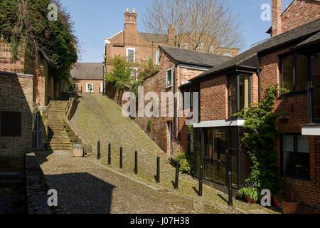 Str. Marys Hill in Chester City Centre UK gilt als eine der steilsten Straßen der Welt - Stockfoto