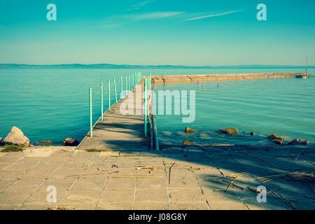 Pier am Plattensee am Morgen, Ungarn - Stockfoto