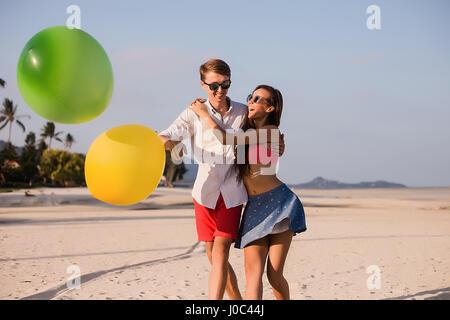 Junges Paar am Strand spielen mit Luftballons, Koh Samui, Thailand - Stockfoto