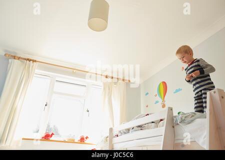 Etagenbett Jungs : Junge auf etagenbett lesen stockfoto bild alamy