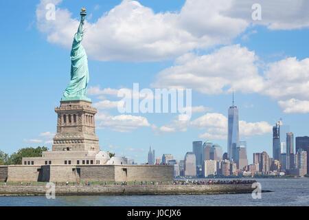 Statue von Liberty Island und New York City Skyline Sonne, blauer Himmel - Stockfoto