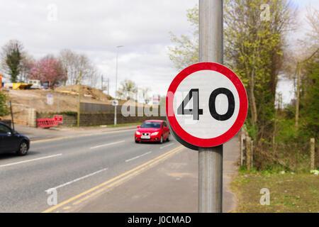 Städtischen 40 Meilen pro Stunde Geschwindigkeit begrenzen im Vereinigten Königreich mit defokussierten Verkehr - Stockfoto