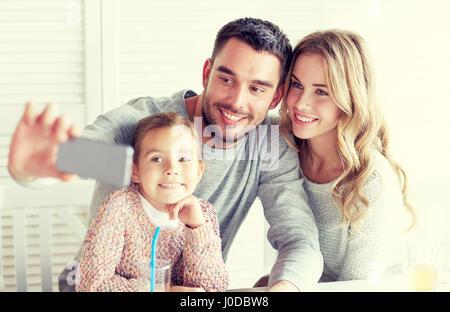 glückliche Familie nehmen Selfie im restaurant - Stockfoto