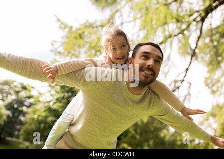 glückliche Familie Spaß im Sommerpark - Stockfoto