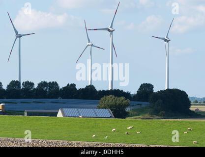 Wind-Turbinen und Sonnenkollektoren vor blauem Himmel - Stockfoto