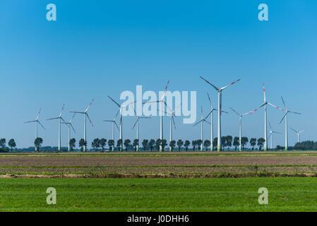 Windkraftanlagen vor blauem Himmel - Stockfoto
