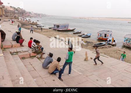 Kinder spielen Cricket auf Ghats, Varanasi, Uttar Pradesh, Indien, Asien - Stockfoto