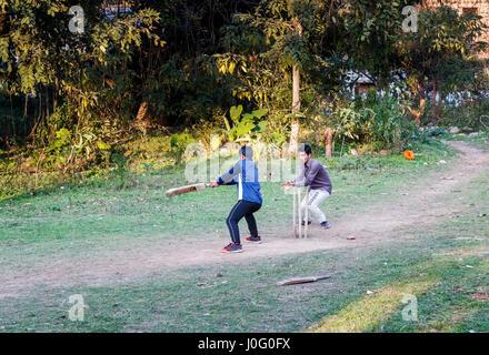 Zwei lokalen indischen Jungen Spaß Spiel Cricket auf einem staubigen Platz in Pragpur, einem Erbe Dorf im Bezirk - Stockfoto