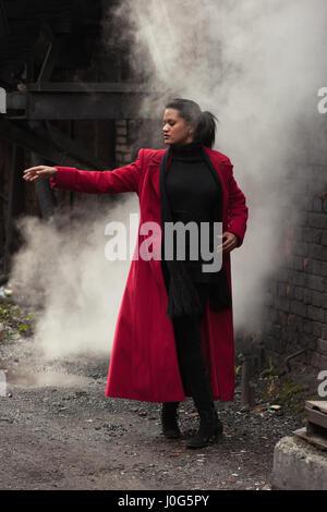 Frau im roten Mantel - Stockfoto