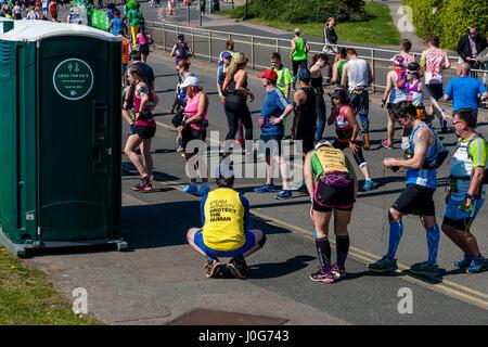 Athleten, die Teilnahme an der Brighton Marathon Warteschlange für Toiletten, Brighton, Sussex, Großbritannien - Stockfoto