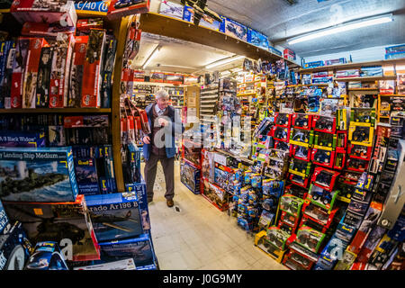 """Kunden kaufen Modell Spielzeug in """"The Albatros"""" traditionellen altmodischen Spielzeug, Hobby und Modell-Shop, Aberystwyth - Stockfoto"""