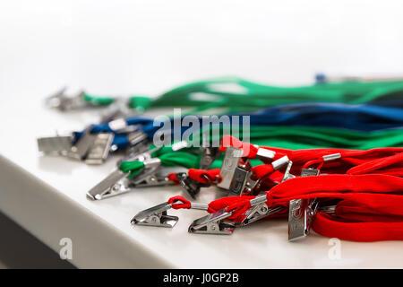 Farbige Verbindungsmittel für Ausweise und Abzeichen auf weißem Hintergrund - Stockfoto
