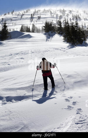 Wanderer im Winterberge an sonnigen, windigen Tag. Karpaten, Ukraine. - Stockfoto