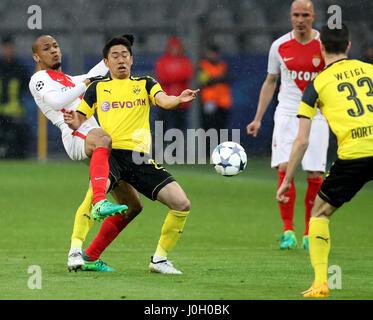 Dortmund, Deutschland. 12. April 2017. Dortmunds Shinji Kagawa (2. L) wetteifert mit Monacos Fabinho (1. L) während - Stockfoto