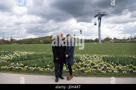 Berlin, Deutschland. 13. April 2017. Der deutsche Bundespräsident Frank-Walter Steinmeier und seine Frau Elke Buedenbender, - Stockfoto
