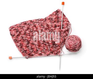 Draufsicht der stricken mit Nadeln und Knäuel isoliert auf weiss - Stockfoto