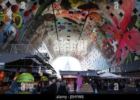 Die Halle in Rotterdam in den Niederlanden ist eine gemischte Nutzung Gebäude mit einer Markthalle in Wohnungen - Stockfoto