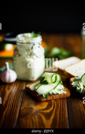 Pasta Käse Ei mit Knoblauch gebraten und Toast - Stockfoto