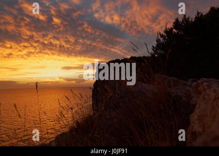 Sonnenuntergang auf den Klippen der Naturpark Telascica, Adria, Kroatien - Stockfoto