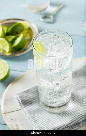 Erfrischende schwer Mineralwasser mit einer Kalk-Garnitur - Stockfoto