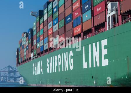 Rotterdam, Niederlande - 9. April 2017: Containerschiff CSCL China Shipping Lines im Hafen von Rotterdam - Stockfoto