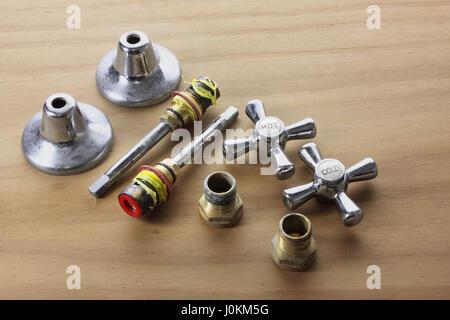 Armaturen und Accessoires auf hölzernen Hintergrund - Stockfoto