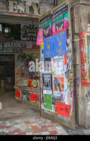 Underground-Szene in den Ostteil Berlins. Poster auf einem alten besetzte Gebäude, ca. 2010 - Stockfoto