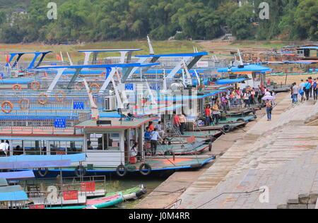 Die Leute nehmen Li Fluss malerische Kreuzfahrt Boot in Yangshou China. - Stockfoto